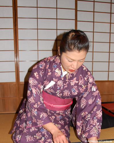 355-server-in-kimono.jpg